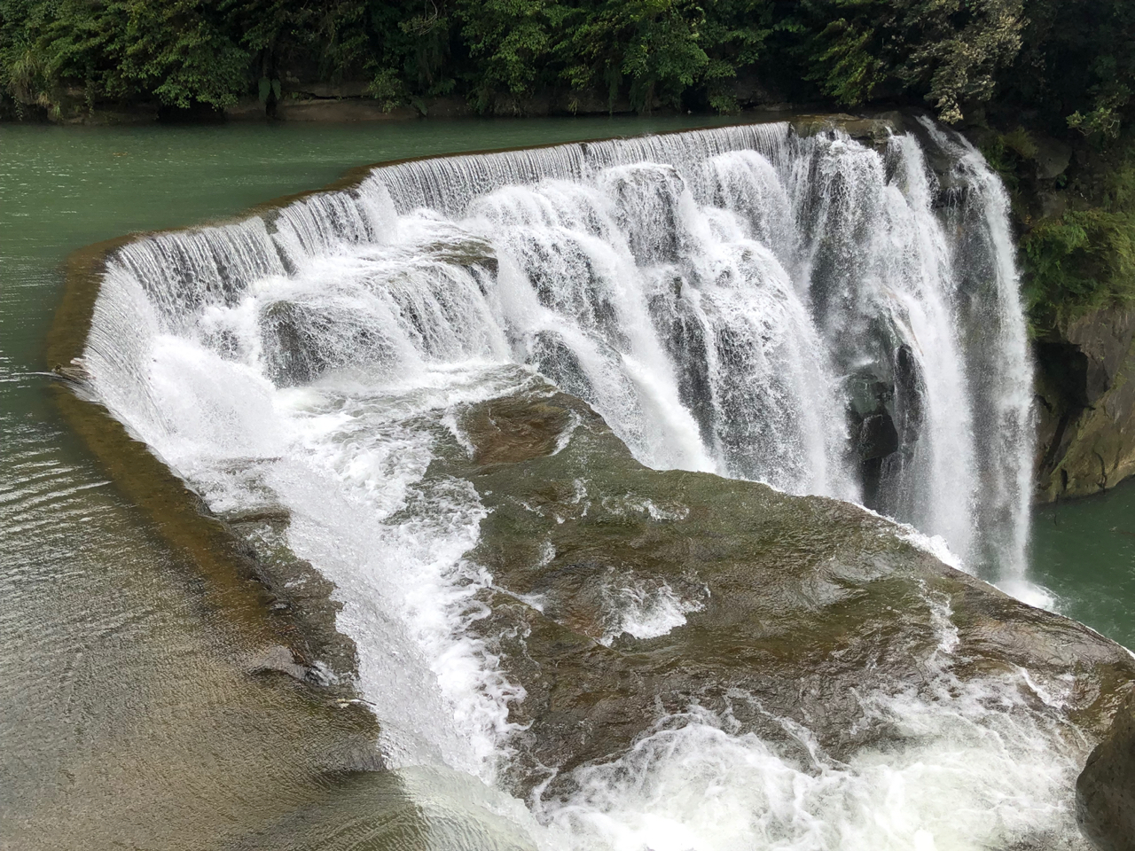 間際で見る滝